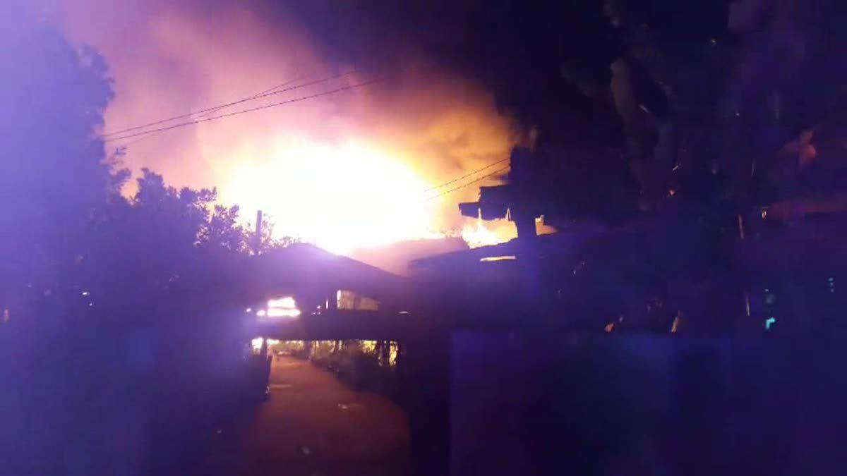 ไฟไหม้บ้านทรงไทยอายุ 100  ปี ของอดีตตำรวจ วอด 2 หลัง