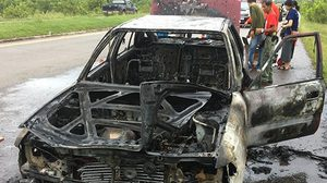 ไฟไหม้รถเก๋ง ร.ต.ท.ลุกท่วมวอดทั้งคัน พ่อแม่ลูกวิ่งหนีตายออกจากรถ