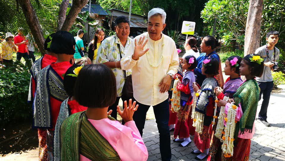 เอไอเอสจัดทริปพิเศษเปิดเสน่ห์เมืองไทยกับ อ.เผ่าทอง ทองเจือ ชมผ้างาม เล่าเรื่องเมืองสะแกกรัง อุทัยธานี