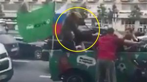 ชาว รัสเซีย จับ 'หมีกริซลี' แห่ฉลองบนถนนหลังประเดิม ฟุตบอลโลก หรู (คลิป)