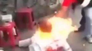 สุดทารุณ ! ชาวบ้านจับหัวขโมยตีหัว 'เผาทั้งเป็น' ประจานกลางถนน (ชมคลิป)