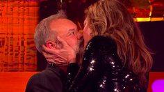 อัลลิสัน แจนนีย์ สาธิตเทคนิควิธีจูบที่ได้จาก เมอรีล สตรีป ในรายการ The Graham Norton Show
