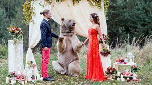 คู่รักใจเด็ดจัดใหญ่ นำหมียักษ์ร่วมเป็นพยานรักงานแต่ง