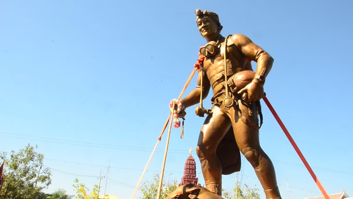 ชาวอ่างทองต้อนรับ ขบวนอนุสาวรีย์จ่าแซม วีรบุรุษถ้ำหลวง