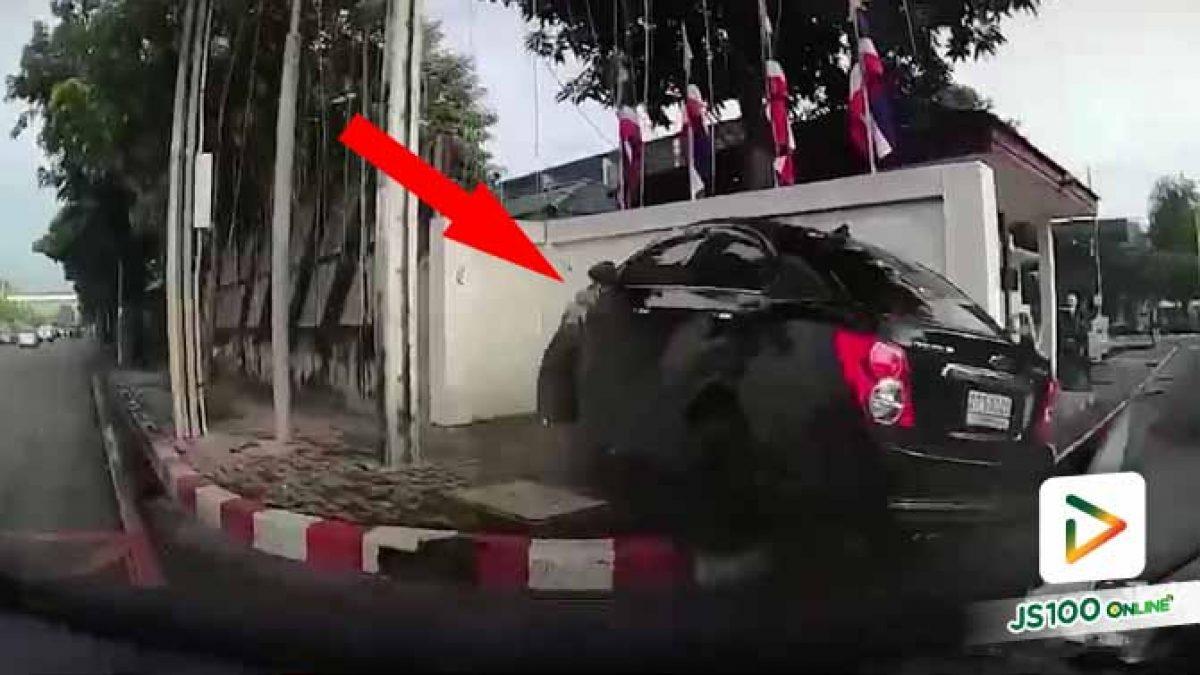 ช่วงเช้าเปิดให้ 3 เลน รถยนต์จะเลี้ยวเจอเก๋งแซงขวาจบที่กำแพงเต็มๆ..