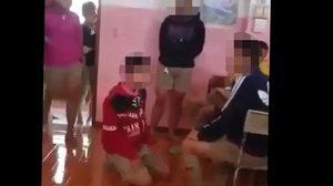 คลิปรุ่นพี่โหด 8 คนรุมกระทืบรุ่นน้องเพียง 1 แถมบังคับกราบเท้าขอโทษ
