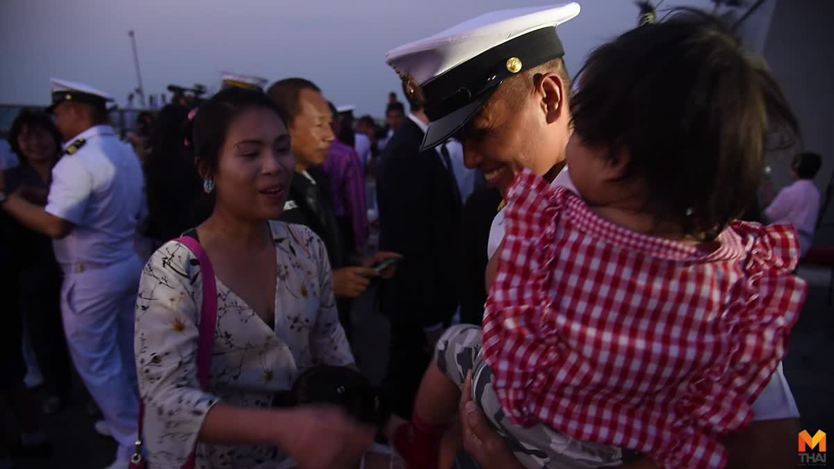 """ทหารเรือ """" แบกความคิดถึงข้าม """" โพ้นทะเล """" โผกอดครอบครัวด้วยความรัก  หลังเสร็จภารกิจพาเรือ """" พ่อ """" กลับบ้าน ."""