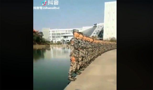 มากกว่าคำว่าเป๊ะ! คลิปนาทีทหารจีนซ้อมเข้าแถวริมสระน้ำ เป็นระเบียบจนต้องกดไลค์