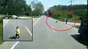 อุทาหรณ์! คลิปเด็กน้อยหลุดมือแม่ วิ่งข้ามถนนตัดหน้ารถ 18 ล้อ ถูกชนบาดเจ็บ