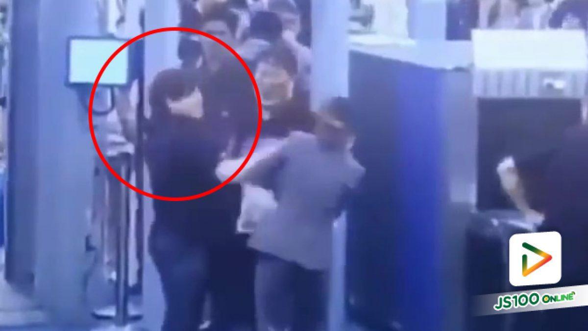 คลิปนักท่องเที่ยวต่างชาติตบหน้าสาวพนักงานตรวจสัมภาระในสนามบินสุวรรณภูมิ ขณะปฏิบัติหน้าที่ (28-01-62)