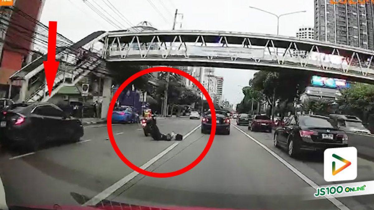 เก๋งเบียดจยย. บน ถ.รัชดา ผู้โดยสารหญิงหล่นนอนแน่นิ่งกลางถนน (07/08/2020)