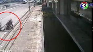 คลิปหนุ่มขับเก๋งเบียด จยย. จนล้ม ก่อนใช้ไม้กอล์ฟไล่หวดผู้ขับขี่