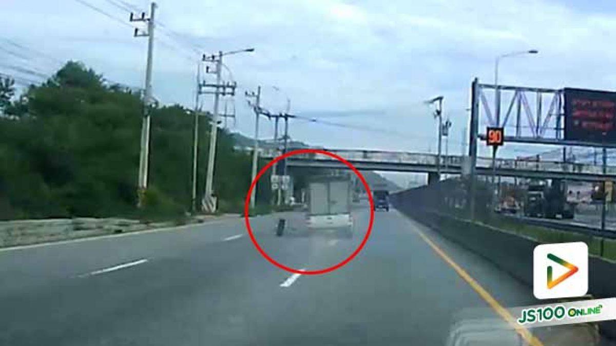 หวาดเสียว!! รถปิคอัพวิ่งมาบนถนน จู่ๆ ล้อเกิดหลุด เคราะห์ดีไม่เกิดอุบัติเหตุ (17/09/2019)