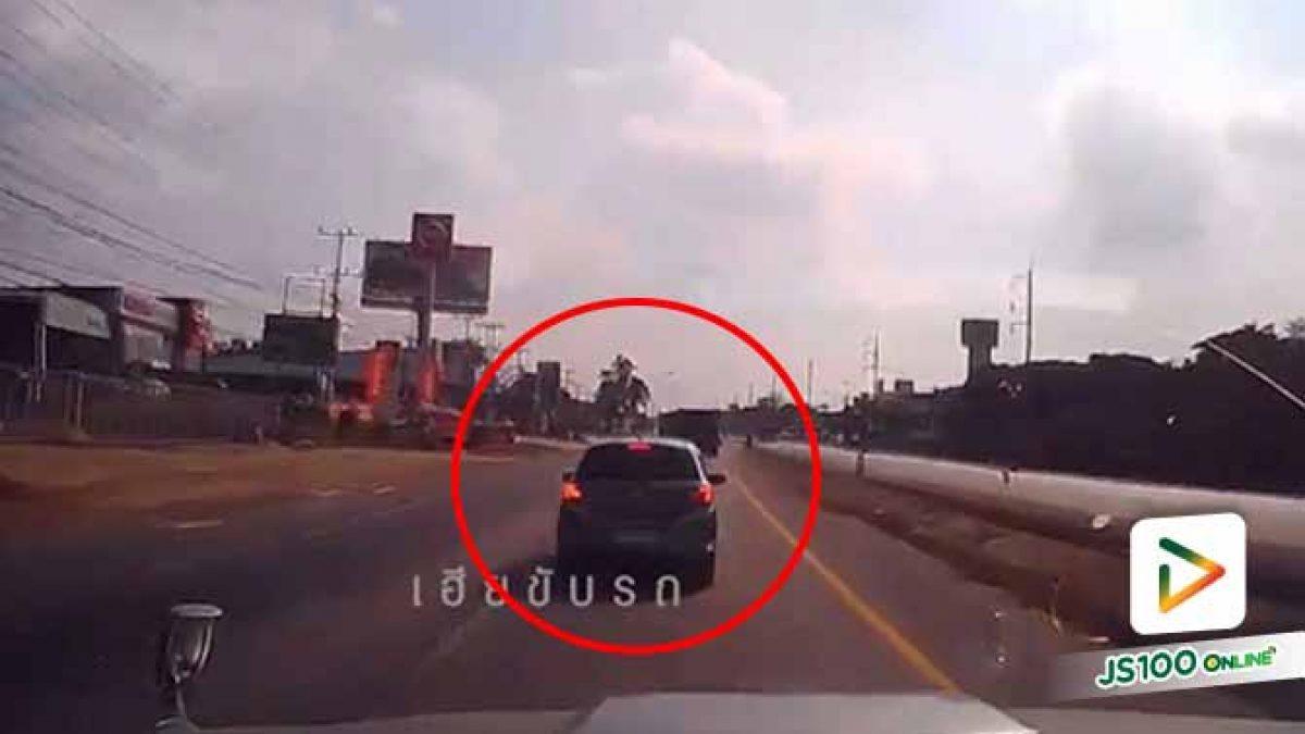ไม่รู้เกิดอะไรขึ้นถึงเบรคกลางถนนกะทันหันแบบนี้  รถขับตามหลังแย่เลย