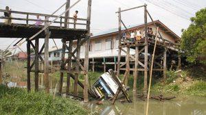 หวิดสลด! สะพานไม้เก่าถล่ม หลังรถบรรทุกฝืนข้าม