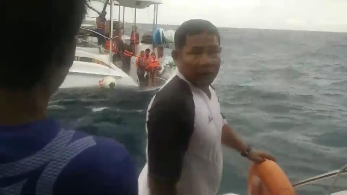 ระทึก! นาทีลำเลียงนักท่องเที่ยว 14 ชีวิต หลังเรือขัดข้องกลางทะเล