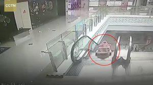 คลิปนาที ทารกตกบันไดเลื่อน กลางศูนย์การค้าในจีน โชคดีพลเมืองช่วยไว้ได้ทัน