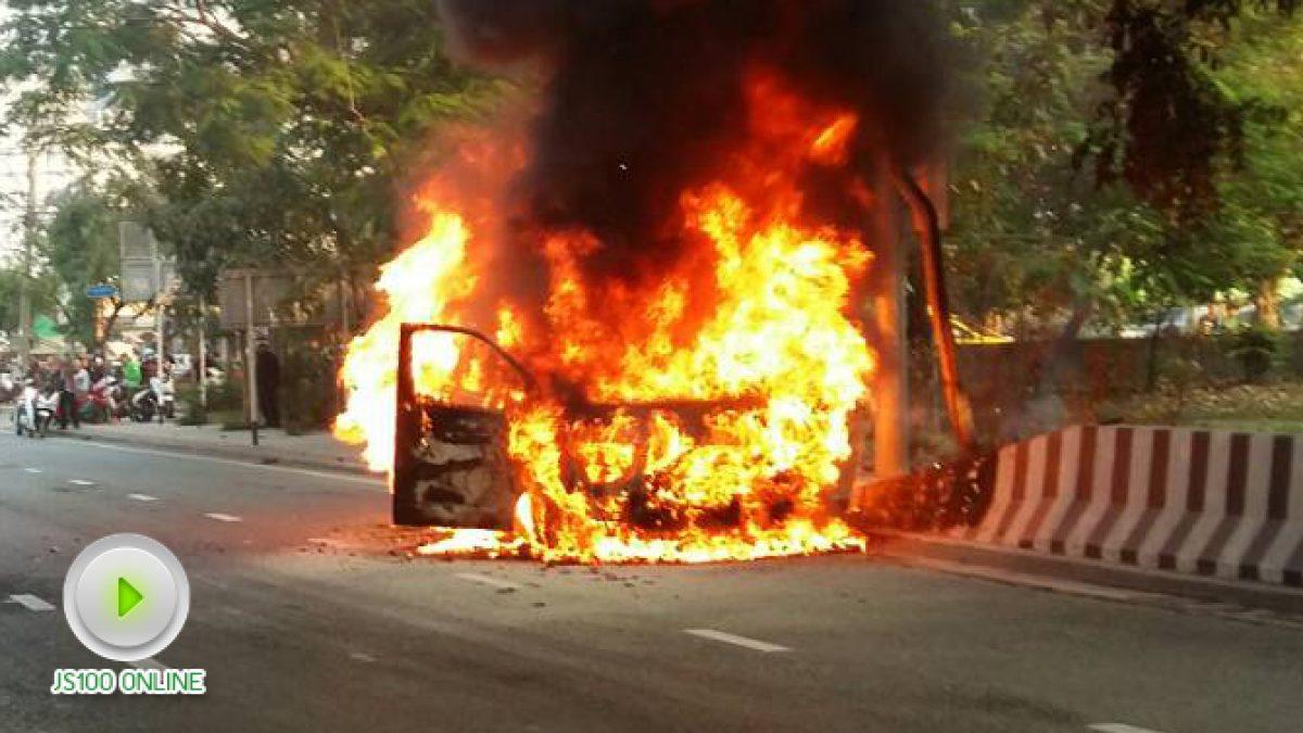 เกิดเหตุไฟไหม้รถยนต์ บนบรมราชชนนี ขาออก จนท.กำลังดำเนินการ (19-01-61)
