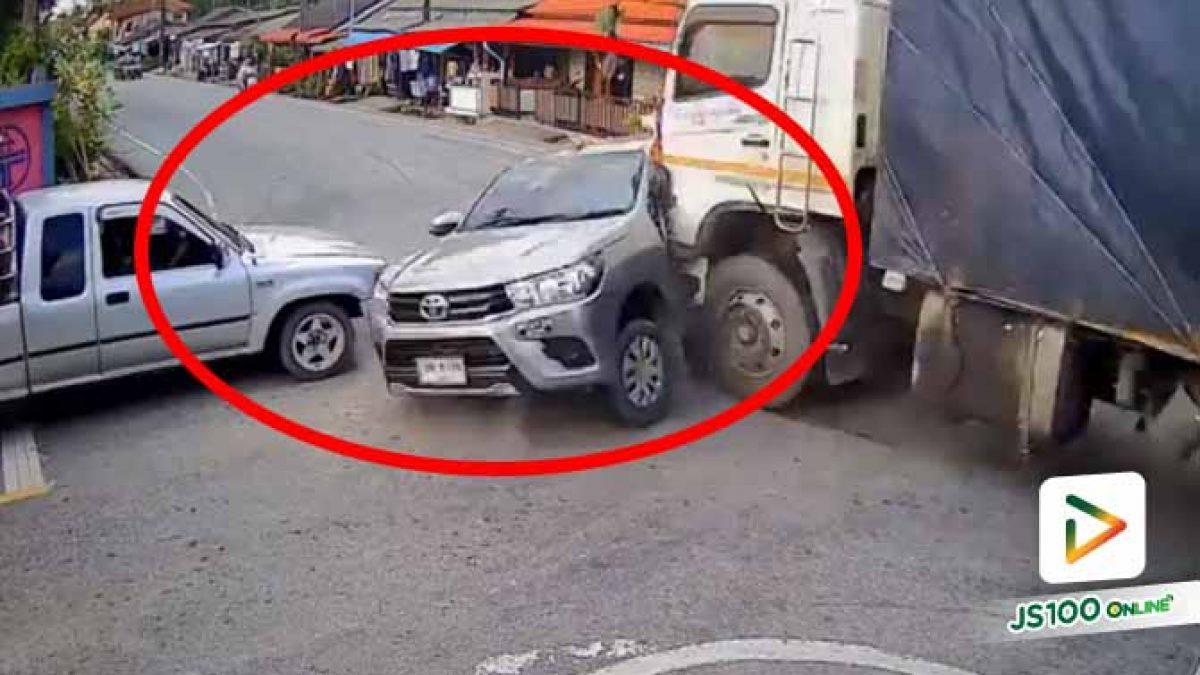 ถึงสี่แยกไม่มีใครเบา สุดท้ายปิคอัพถูกรถบรรทุกชนกลางลำเต็มๆ (29/09/2020)