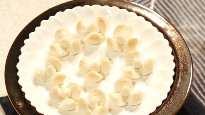 วิธีทำ ขนมกลีบลำดวน เมนูขนมไทยโบราณ หอมอร่อย