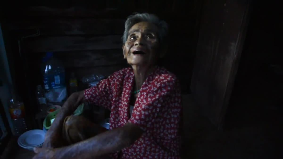 ยายวัย81ปีนอนเฝ้าศพพี่สาวอายุ82ปี มากว่า2 วัน