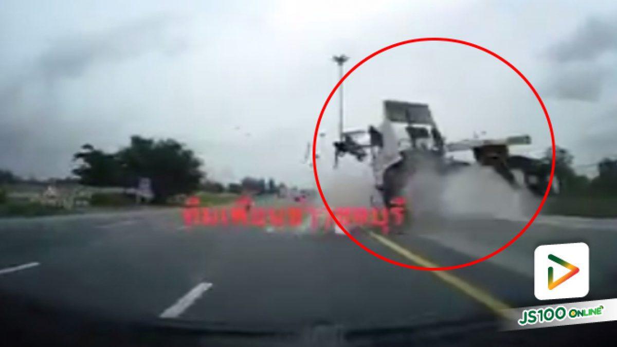 คลิปอุบัติเหตุรถพ่วง 18 ล้อพุ่งชนแท่งบาริเออร์เกาะกลางถนน (11-06-61)