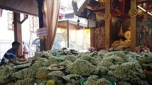 พ่อค้าแทบช็อก ลูกค้าสั่งพวงมาลัยดอกมะลิ 1.1 ล้านพวงแก้บน