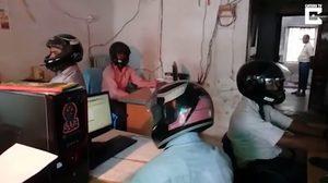 แบบนี้ก็มี!! พนักงานออฟฟิศในอินเดีย ต้องสวม หมวกกันน็อค ทำงาน เพราะฝ้าอาจถล่มลงมา