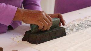 ชวนชม! ผ้าพิมพ์ลายโบราณอู่ทอง ของดีเมืองสุพรรณ จากรุ่นสู่รุ่น