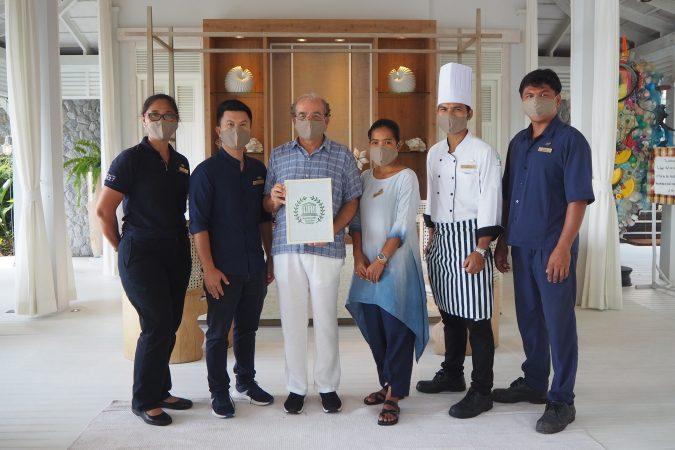 """โรงแรมเคป กูดู เกาะยาวน้อย ยินดีที่ได้รับมอบ """"ตราสัญลักษณ์การท่องเที่ยวยั่งยืนจาก ยูเนสโก"""""""