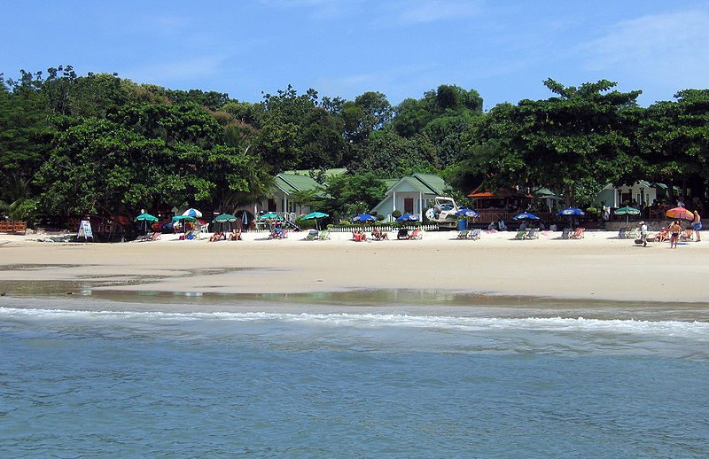800px-Beach_Sea_Breeze_Koh_Samet