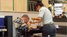 ชื่นชม! พนักงานสาวร้านปิ้งย่าง น้ำใจงาม ช่วยดูแลลุงตาบอด ขณะทานอาหาร