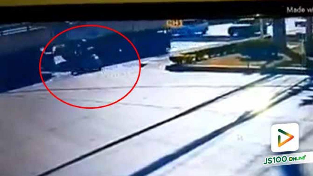 หญิงพนักงานปั๊มน้ำมัน ขี่จยย.พุ่งชนรถพ่วง เสียชีวิตที่จ.ปทุมธานี (07-12-62)