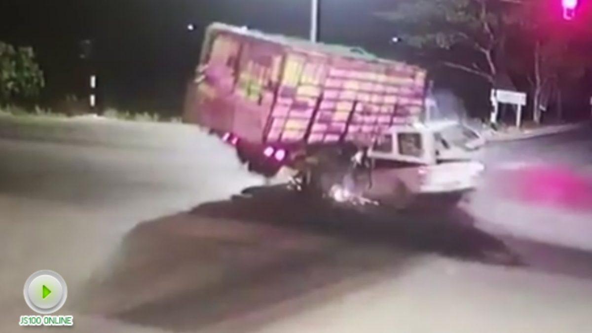 คลิปรถกระบะกู้ภัยชนกับรถบรรทุกสิบล้อ (24-01-61)