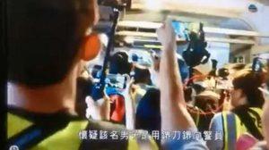 กล้องสื่อจับภาพไว้ได้ ! คลิปวินาทีผู้ประท้วงฮ่องกงแทงคอตำรวจ