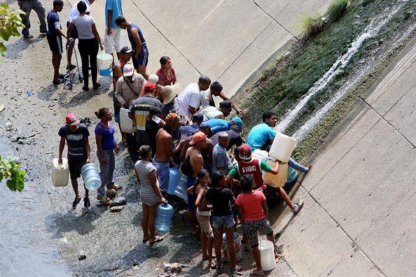 วิกฤตเวเนซุเอลา ไฟยังดับ-น้ำไม่ไหล ชาวบ้านตักน้ำจากท่อระบายน้ำใช้อาบ-ดื่มกิน