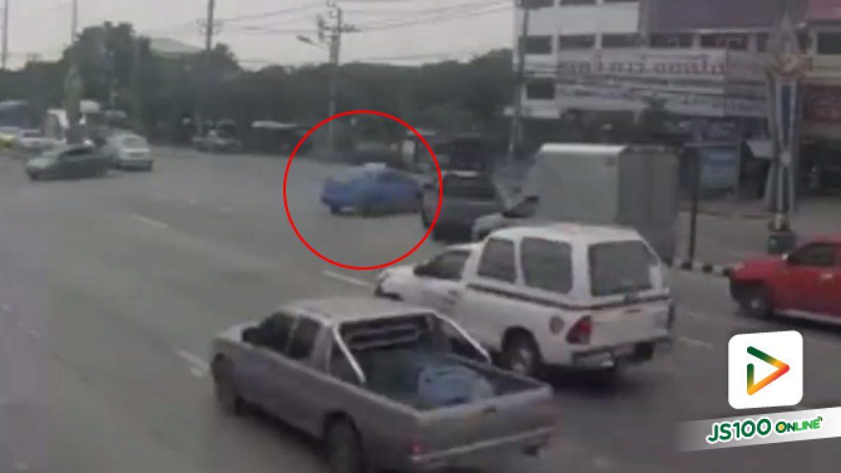 รถหัวลากถูกแท็กซี่กลับรถตัดหน้า ต้องเบรคกะทันหันจนเสียหลักชนยับ (04/10/2019)