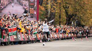 เอเลียด คิปโชเก้ สร้างสถิติโลก วิ่งมาราธอนเข้าเส้นชัยภายในเวลาไม่ถึง 2 ชั่วโมง