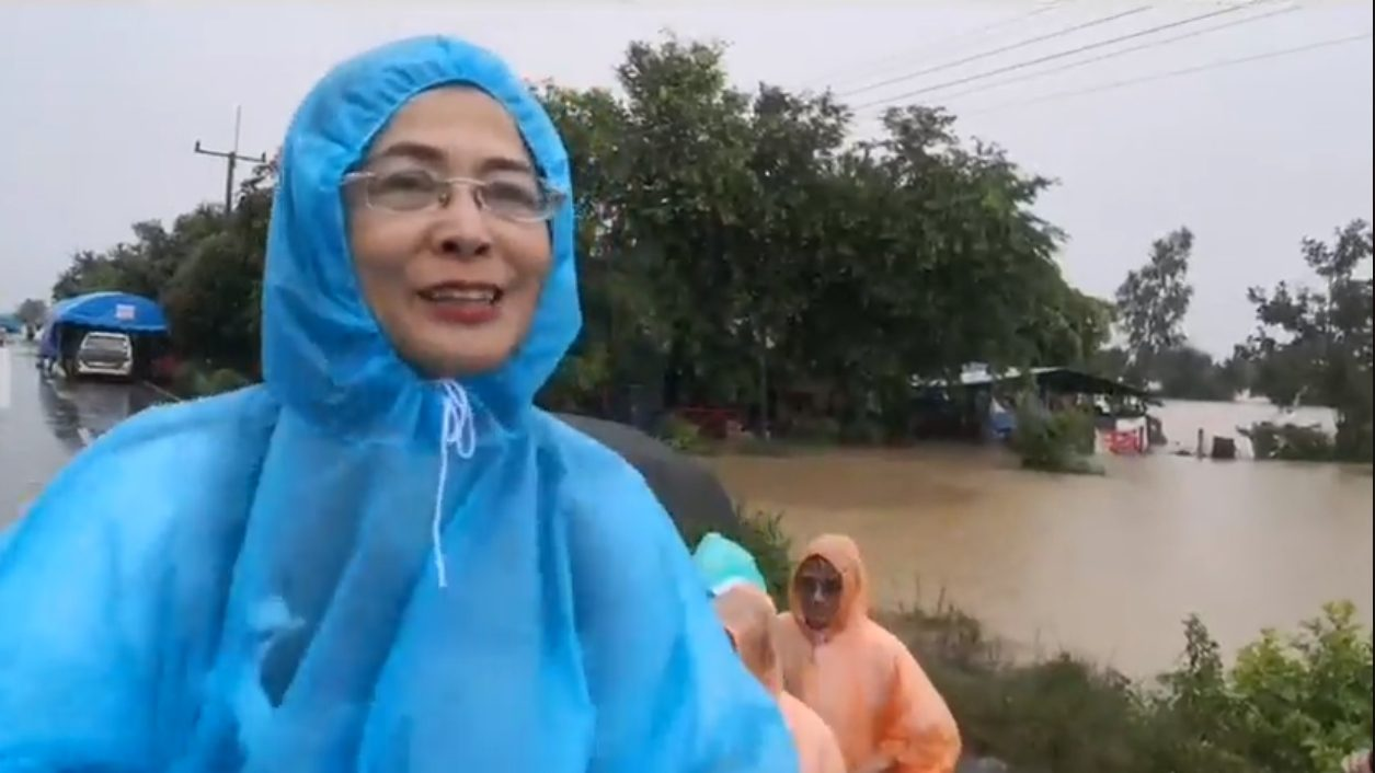 บรรดา ส.ส.หลายพรรค ร่วมใจลงพื้นที่ช่วยเหลือ ผู้ประสบภัยน้ำท่วม