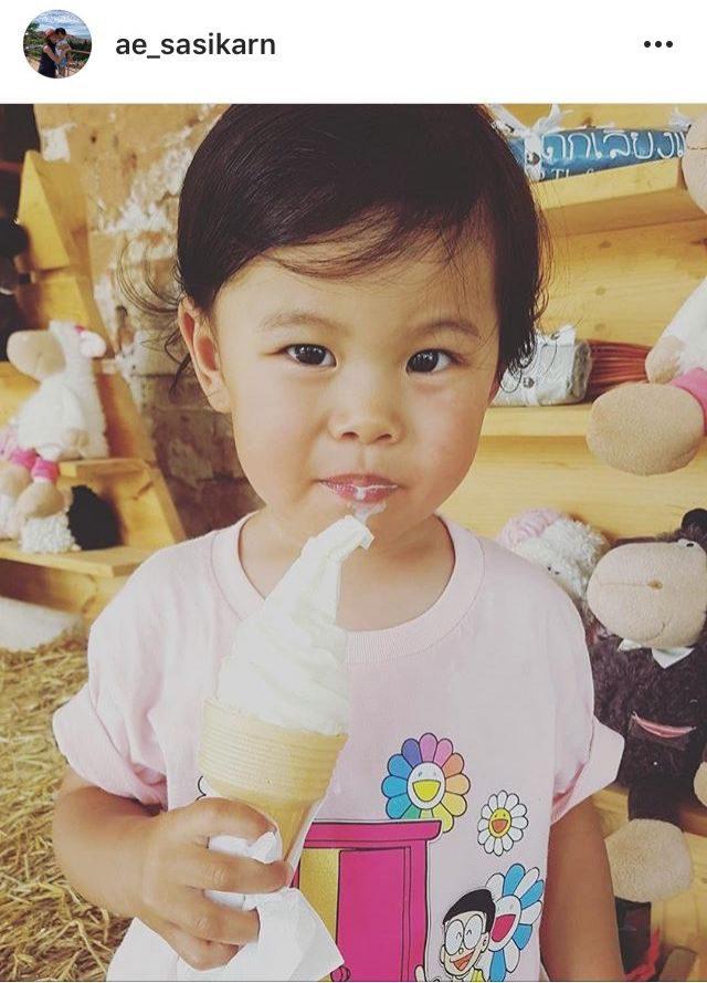 น้องโรนิน กินไอศกรีม (ลูกชาย เอ๊ะ ศศิกานต์)