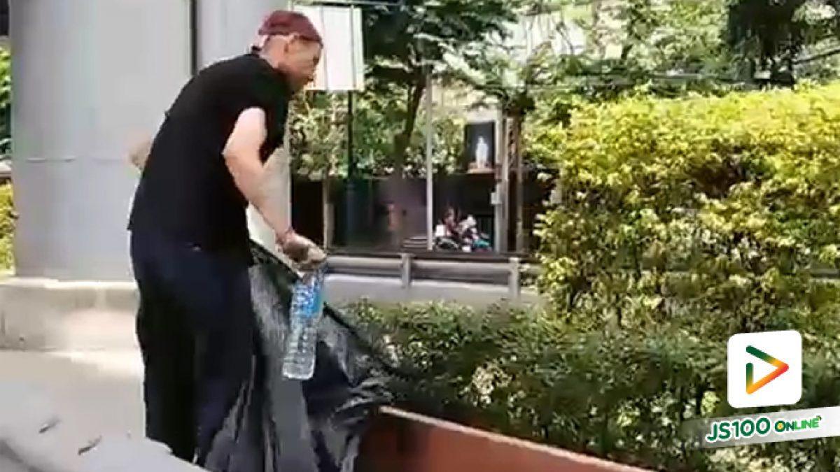 คลิปชายชาวต่างชาติ ถือถุงดำเก็บขยะที่เกาะกลางถนนพระราม 4 ช่วงหน้ารพ.จุฬา (27-05-62)