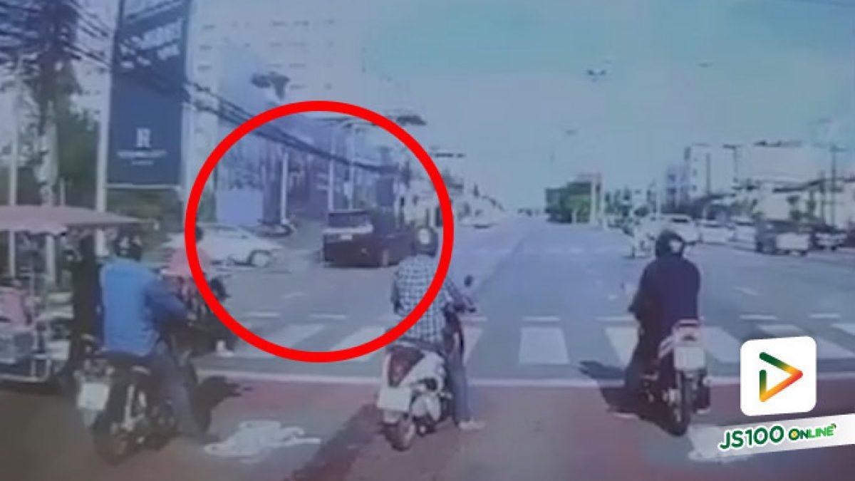 สลด! รถตู้ซิ่งฝ่าไฟแดง ชนจยย.ขณะขี่ข้ามแยกอย่างจัง เสียชีวิต