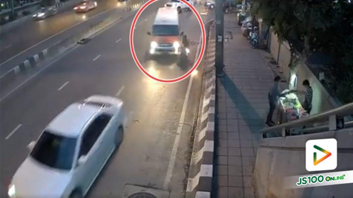 คลิปนาทีรถตู้ชนกับจยย. แฟนผู้เสียหายเล่าว่าคนขับรถตู้บอกจะชดใช้ค่าเสียหาย 500 บาทให้ตามไปเอาที่วินรถตู้ (05-06-61)