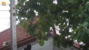 ระทึก! ผู้ป่วยหนุ่มเครียดทะเลาะภรรยา แก้ผ้าปีนหลังคาโรงพยาบาล หวังฆ่าตัวตาย
