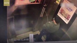 สมน้ำหน้าดีไหม?  หนุ่มน้อยชาวจีนอยู่ไม่สุข ฉี่ใส่ปุ่มกดลิฟท์ ก่อนเจ๊งออกไม่ได้