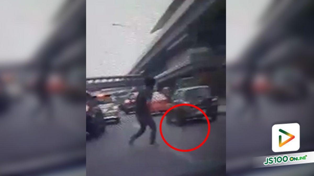 เกือบไปแล้ว!! พลเมืองดีวิ่งช่วยเหลือลูกแมวกลางถนน ก่อนจะคว้าเอาไว้ได้เสี้ยววินาที (11/01/2020)
