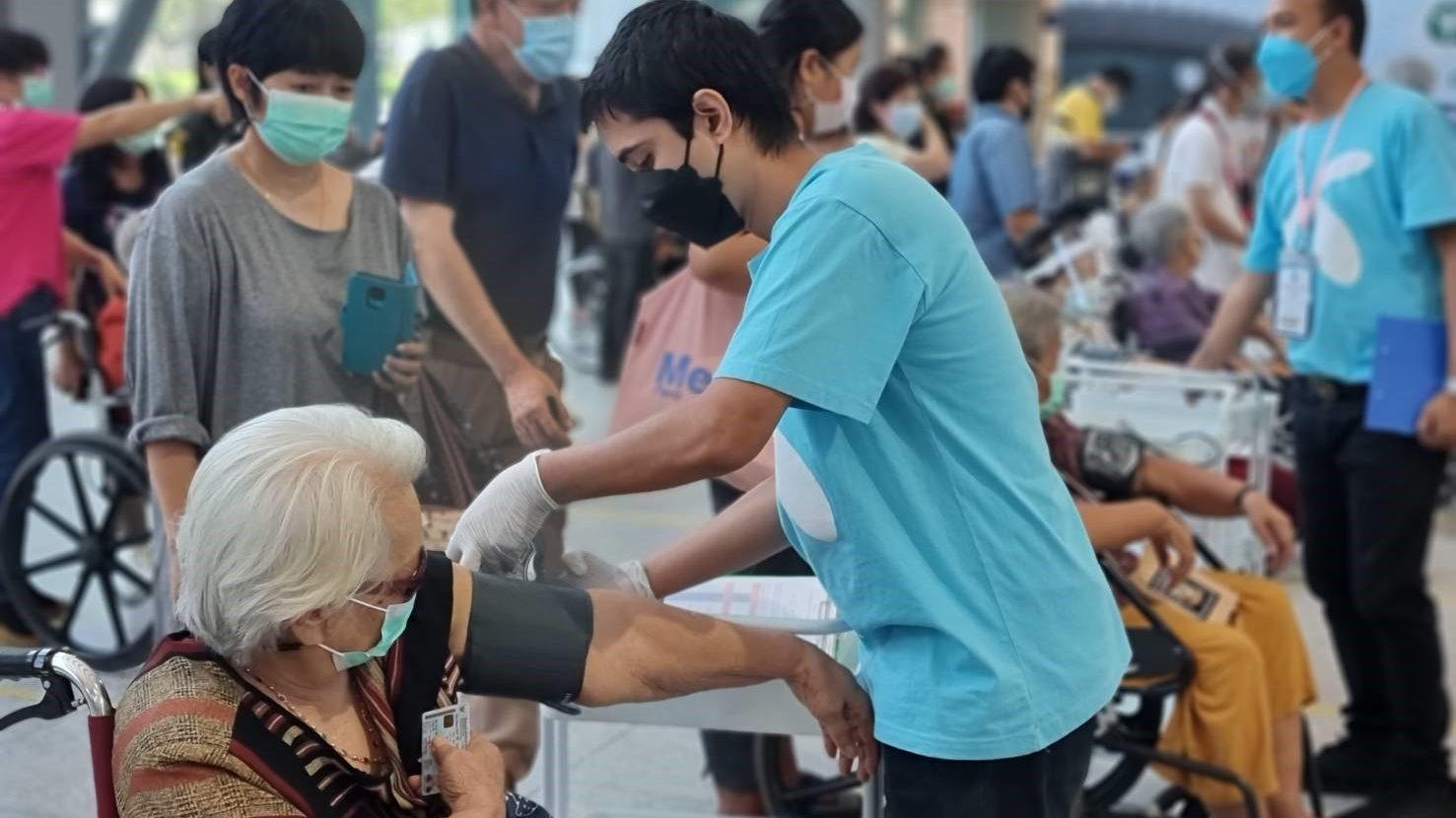 สธ. ลดวิกฤตเสียชีวิต เร่งปูพรมฉีดวัคซีนผู้สูงวัยเต็มที่ เปิดให้ผู้สูงอายุ 60 ปีขึ้นไป ลงทะเบียนฉีดวัคซีนเพิ่มได้ ตั้งแต่จันทร์ที่ 12 ก.ค.นี้  ผ่าน 4 ค่ายมือถือ AIS, TRUE, dtac, NT พร้อมเริ่มฉีดตั้งแต่ 16-31 ก.ค. ณ ศูนย์ฉีดวัคซีนกลางบางซื่อ