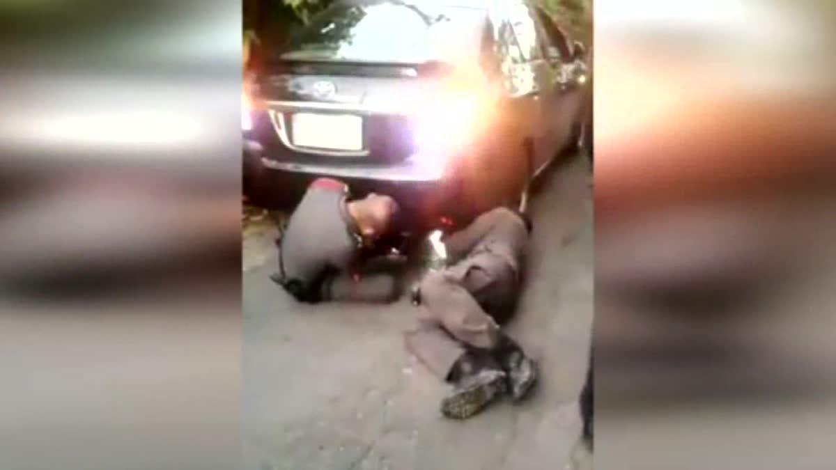 ชื่นชม! ตำรวจเมืองคอน ทุ่มตัวซ่อมรถให้ประชาชน ไม่ห่วงเครื่องแบบ