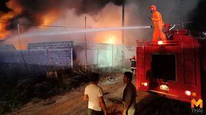 ไฟไหม้โรงงานเก็บสารเคมี นาน 2 ชั่วโมง จนท.ระดมฉีดน้ำ ล่าสุดเพลิงยังไม่สงบ