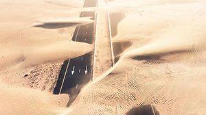 ภาพถ่ายมุมสูง ถนนกลางทะเลทราย เมืองดูไบ และอาบูดาบี